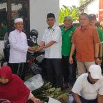 Ramah Lingkungan, PPP Lumajang Bagikan Daging Kurban Dibungkus Daun