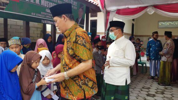 Reses di Madura Musyafak Mendengarkan Keluhan Jalan Rusak Sambil Menyantuni Anak Yatim